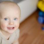 Baby Zahnen: Baby mit erstem Zahn