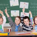 Schulwahl im deutschen Schulsystem - Kinder in der Schule melden sich