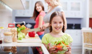 Dicke Kinder sollten mit Eltern zusammen kochen für eine ausgewogene und gesunde Ernährung