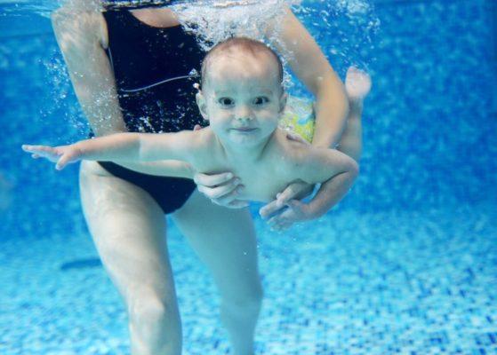 Mit dem Baby schwimmen gehen zum Babyschwimmen