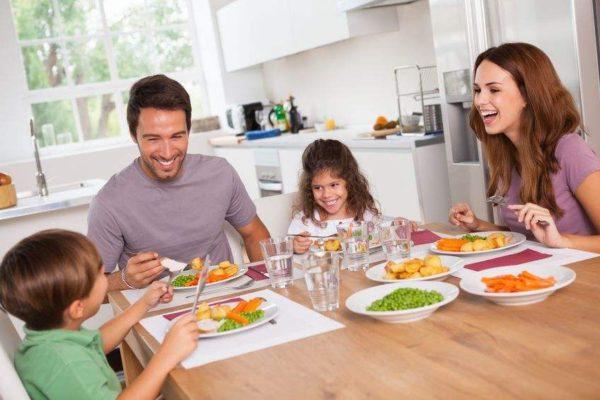 dem Kleinkind Essen bei Tisch und Tischmanieren beibringen durch Essensregeln sowie Tischregeln am Esstisch
