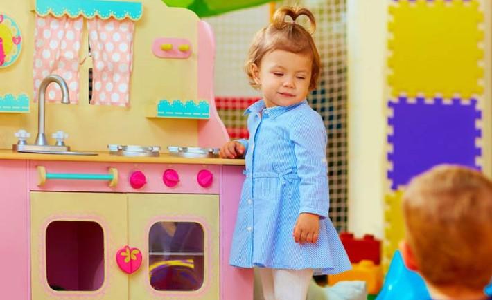 Typisch mädchenspielzeug und jungsspielzeug socko