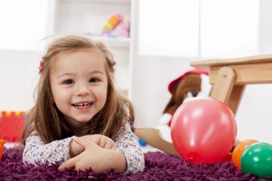 Kind spielt auf Spielteppich