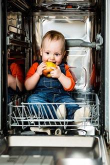 Kind versteckt sich in Spülmaschine