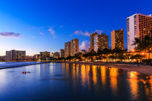 Urlaub auf Hawaii: Skyline von Honolulu mit dem Waikiki-Strand