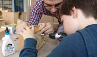 Rainer Brang schraubt mit seinem Sohn Martin einen Hörbert zusammen.