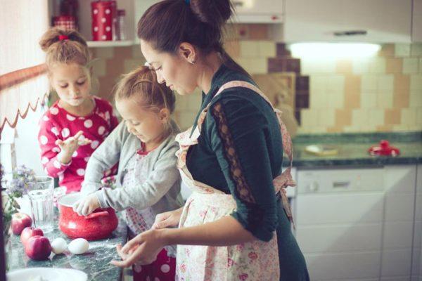 Kinder helfen gemeinsam im Haushalt