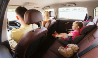 Spielzeug im Auto für Kinder
