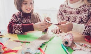 Haus weihnachtlich dekorieren mit Kind