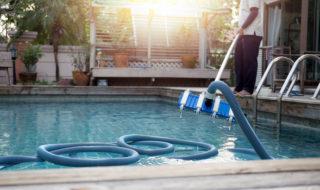 Pool auswintern: Reinigung